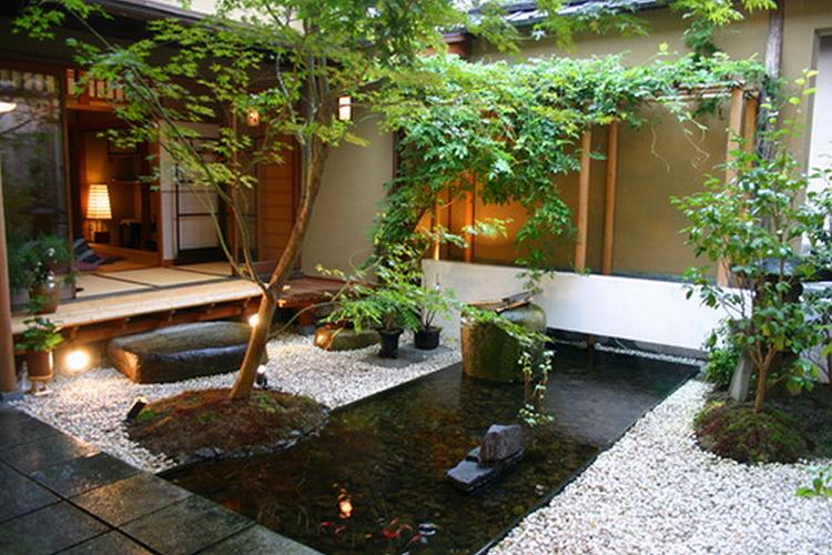 Ide desain kolam ikan koi di dalam area dekat rumah